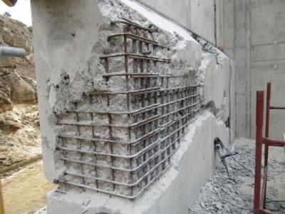 Stan betonu po rozszalowaniu konstrukcji podpory i usunięciu zrakowaciałego betonu, przed wykonaniem napraw i iniekcji