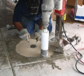 Pobieranie próbki rdzeniowej przy pomocy wiertnicy, do badań wytrzymałości betonu na ściskanie oraz oceny makroskopowej głębszych partii betonu